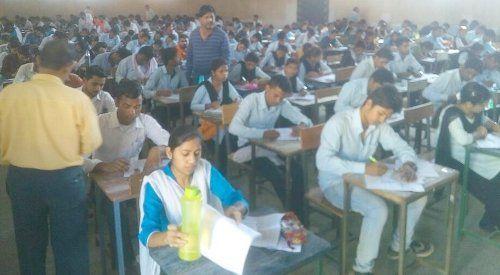 परीक्षा हॉल में क्षमता से अधिक परीक्षार्थी