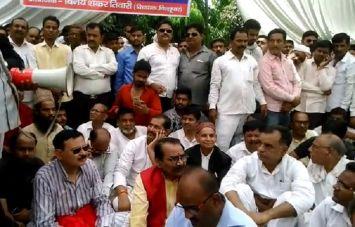 आवास पर छापेमारी के बाद समर्थकों संग कलेक्ट्रेट में धरने पर बैठे बाहुबली हरिशंकर तिवारी व बेटे विनय शंकर तिवारी