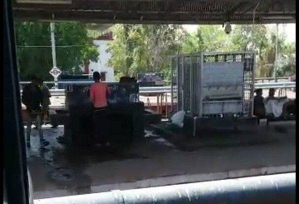सावधान! नाली में फेंकी बोतलों में भरा जा रहा वाटर कूलर का पानी