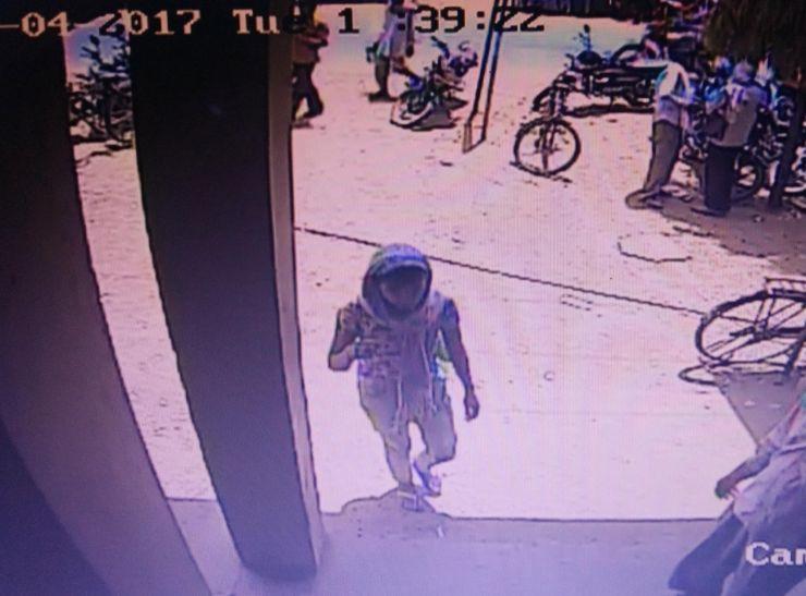 दिनदहाड़े छात्रा के बैग से दस हजार रुपए उड़ा ले गई लड़की