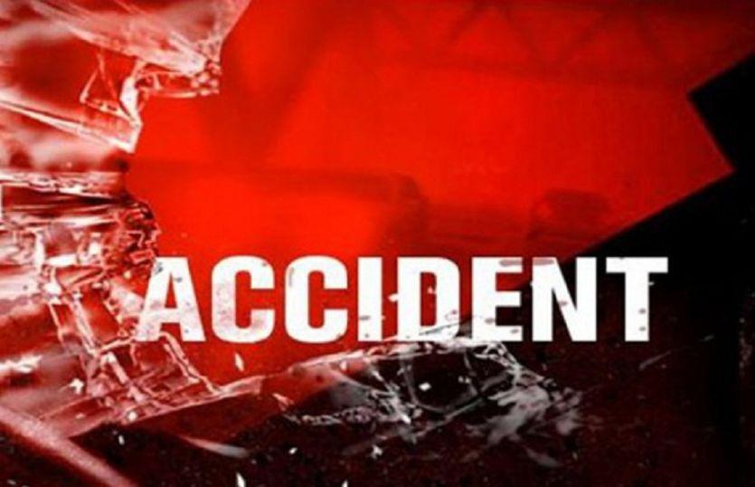 जीयनपुर में ट्रक की चपेट में आकर तीन युवक घायल