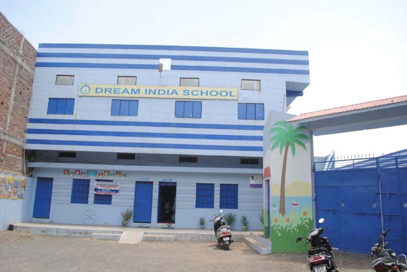 स्कूल प्रबंधन की मनमर्जी: बच्चों को बांट दिया आधा-अधूरा रिजल्ट