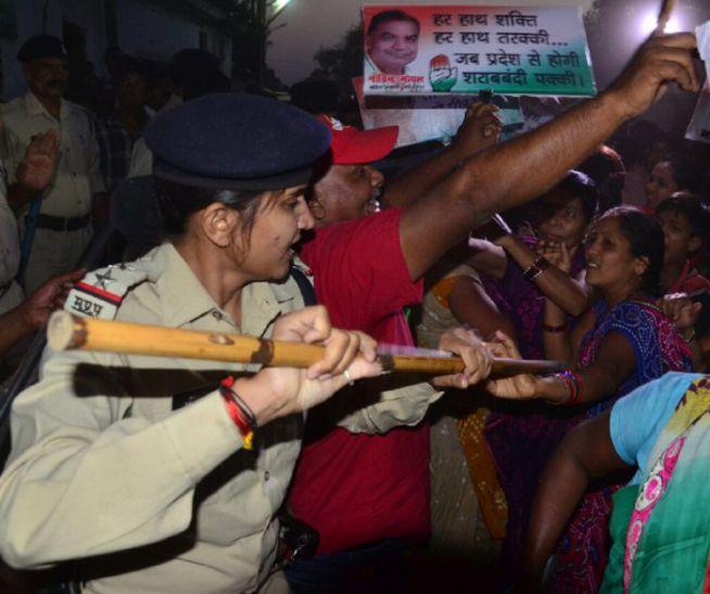 शराब का विरोध, बीच सड़क पर महिलाओं को पुलिस ने मारी लाठियां, देखें वीडियो