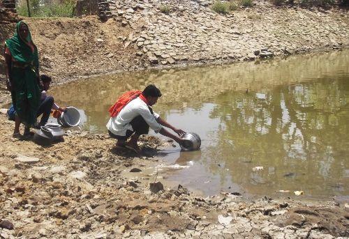 'प्यासे  मरने से अच्छा है कि दूषित पानी ही पी लें'
