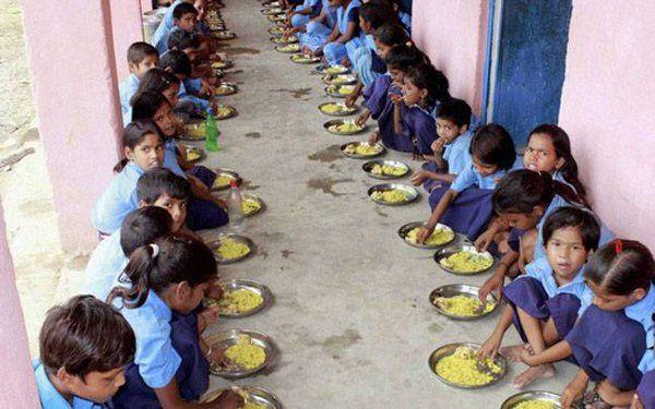 बच्चों की संख्या 43 लाख, मिड डे मील 45 लाख के लिए, 'कौन खा रहा 2 लाख का खाना