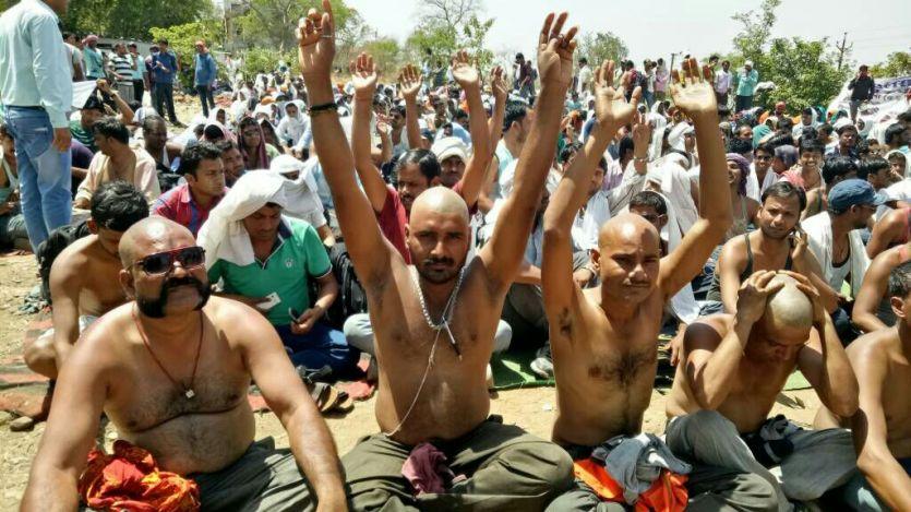 108 एंबुलेंस की हड़ताल चौथे दिन भी जारी, सिर मुंडाकर सरकार को दी चेतावनी