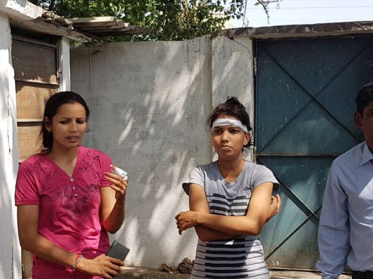 महिला कांस्टेबल्स ने चोर को जमकर पीटा, चाकू लगा फिर भी नहीं घबराईं