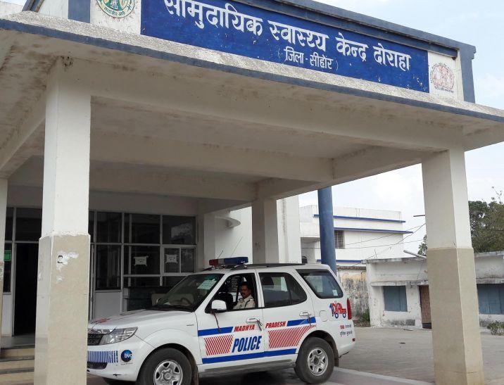 कोई बाइक से, तो कोई निजी वाहन से मरीजों को लेकर पहुंच रहा अस्पताल