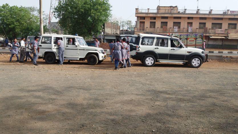 रैली के लिए नहीं मिले लोग तो गाडिय़ों में ठूंसकर लाए बच्चे