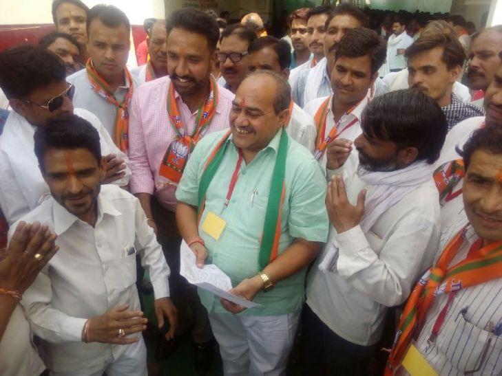 शिवराज के मंत्री से बोले कांग्रेसी- हमारे जिलाध्यक्ष को BJP में शामिल कर लो