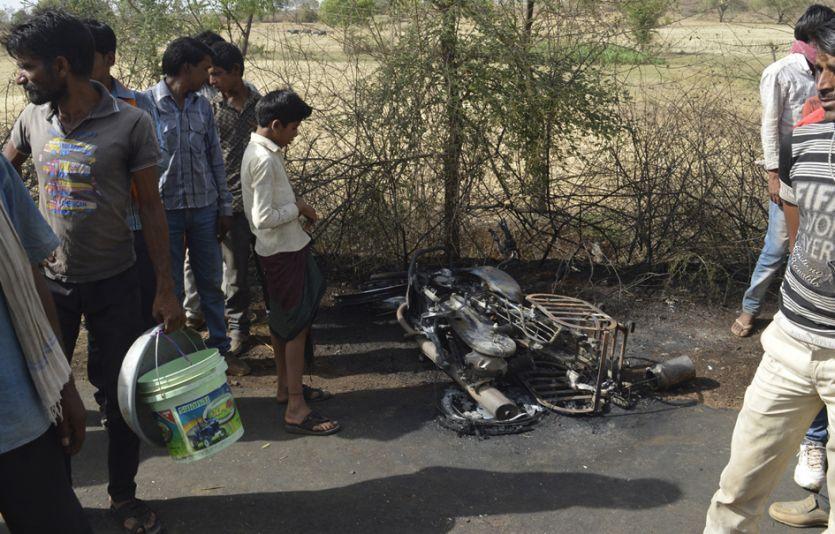 बाइक के पेट्रोल टैंक में लगी आग से युवक जिंदा जला, टक्कर मारने वाला चालक फरार