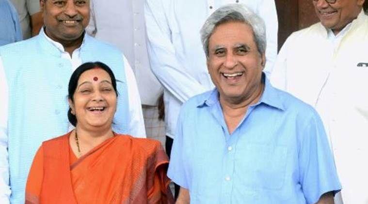 विदेश मंत्री सुषमा के बयान पर उनके पति ने टि्वटर पर ली चुटकी, यूजर्स को खूब भाया!