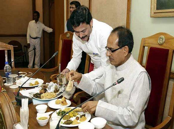 टिफिन कैबिनेट: घर से खाना लेकर आए सीएम, मंत्रियों ने भी खाए छप्पन भोग