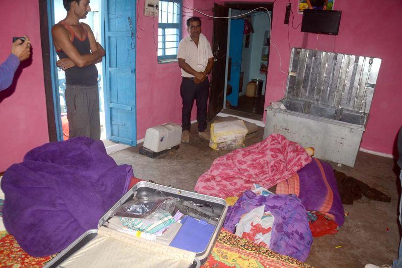 छत पर सोते रहे घर वाले, चोरों ने तसल्ली से खंगाला कमरा ले उड़े 50 लाख का माल