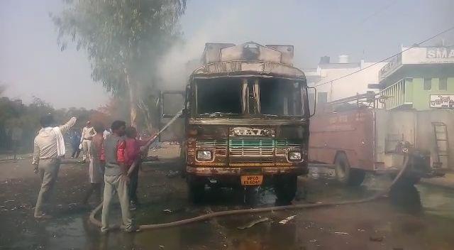 शादी समारोह आई 16 साल की लड़की को कुचला, भीड़ ने जला दिया ट्रक