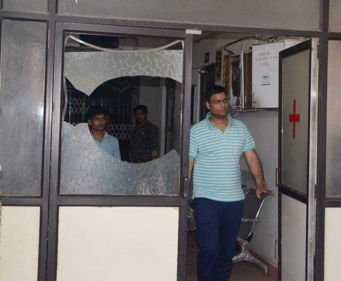 बिजली बिल जमा नहीं किया तो कर्मचारियों ने अस्पताल में की तोडफ़ोड़
