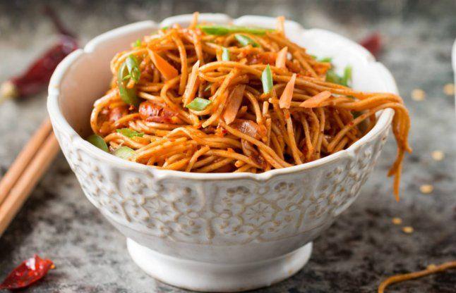 परफेक्ट शेजवान नूडल्स बनाने के लिए यहां सीखें तरीका