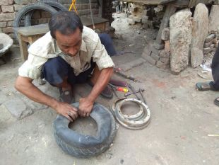 कभी देखी है मोहम्मद आजाद जैसी आखें, बिना रौशनी के 32 साल से बना रहे पंचर