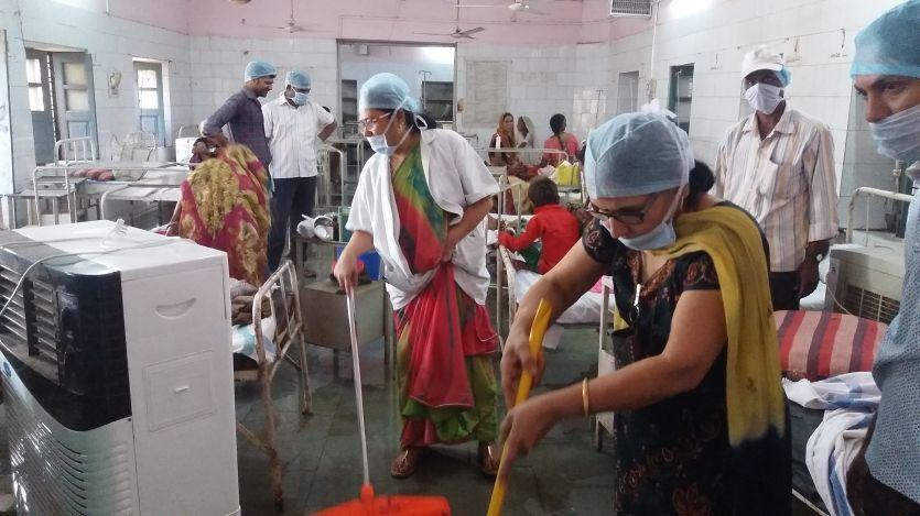 कलेक्टर, सिविल सर्जन और अधिकारियों की टीम ने चकाचक कर दिया अस्पताल