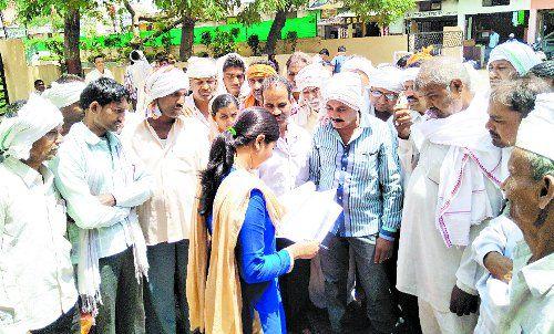 बैंक के इस निर्णय का किसानों ने किया विरोध