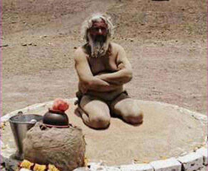 सुख-समृद्धि के लिए भीषण गर्मी में रेत पर तप कर रहे पागल बाबा