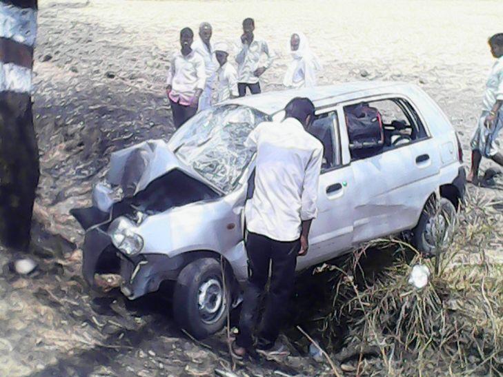 ड्राइवर को नींद का झोंका आने से कार पेड़ से टकराई