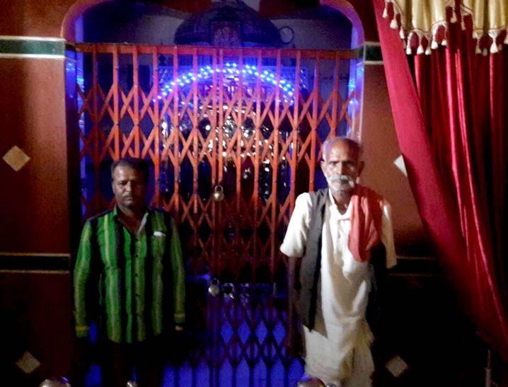 बजरंगबली के सामने पुलिस ने करवाया ईमान, व्यापारी को दिलवाए रुपए