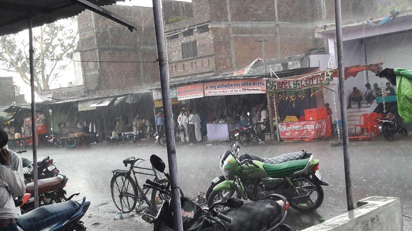दिनभर लू के थपेड़ों ने किया परेशान, शाम को हुई बारिश ने दी राहत