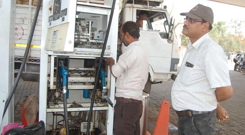 पुलिस पेट्रोल पंप की जांच, मशीन खोलकर पेट्रोल का रंग भी देखा