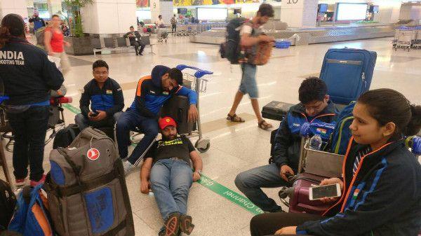 विश्वकप खेलकर लौटे ओलंपियन निशानेबाजों को 13 घंटे से एयरपोर्ट पर बैठाया