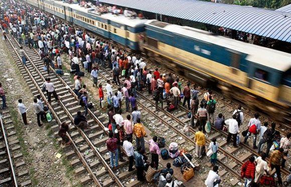 ट्रेन की धक्का-मुक्की में पिता और दो बच्चों की दर्दनाक मौत