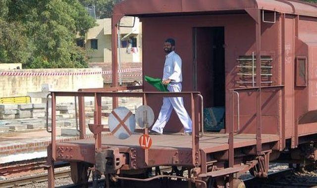 #Indian_Railway -मंडल मेंरास्ते पता नहीं और गार्ड बन दौड़ा रहे मालगाड़ी