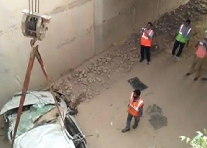 यमुना एक्सप्रेसवे पर हादसा, 15 फीट गहरी खाई में गिरी कार