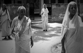 मदर्स-डे: यहां भीख मांगकर अपना जीवन जीने को मजबूर हैं एक लाख मांएं