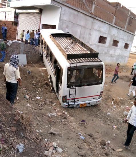 मकान  से जा टकराई बस, 35 यात्री घायल