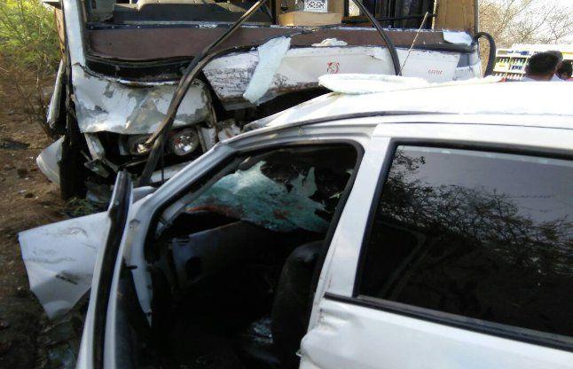 निजी बस व कार की टक्कर में छह की मौत
