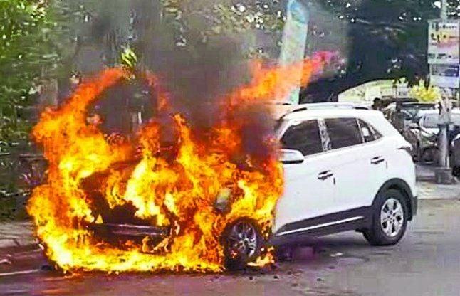 चलती कार में लगी आग, चालक सुरक्षित