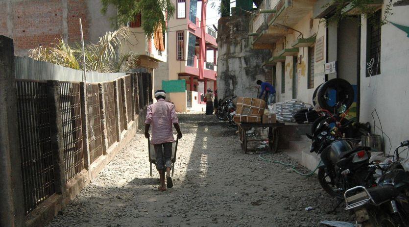 निजी भूमि पर हो रहा सड़क निर्माण!
