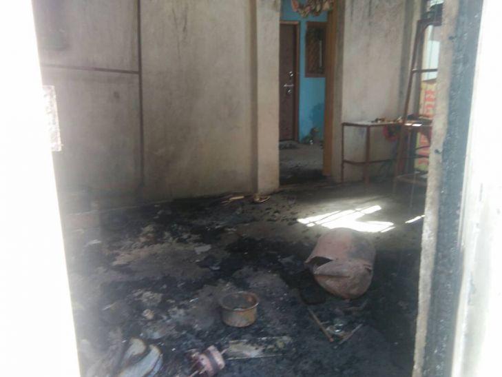 बंद मकान में लगी आग से सामान खाक