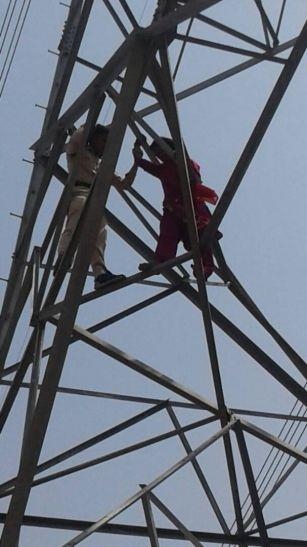 हाईटेंशन लाइन के टॉवर पर चढ़ी महिला