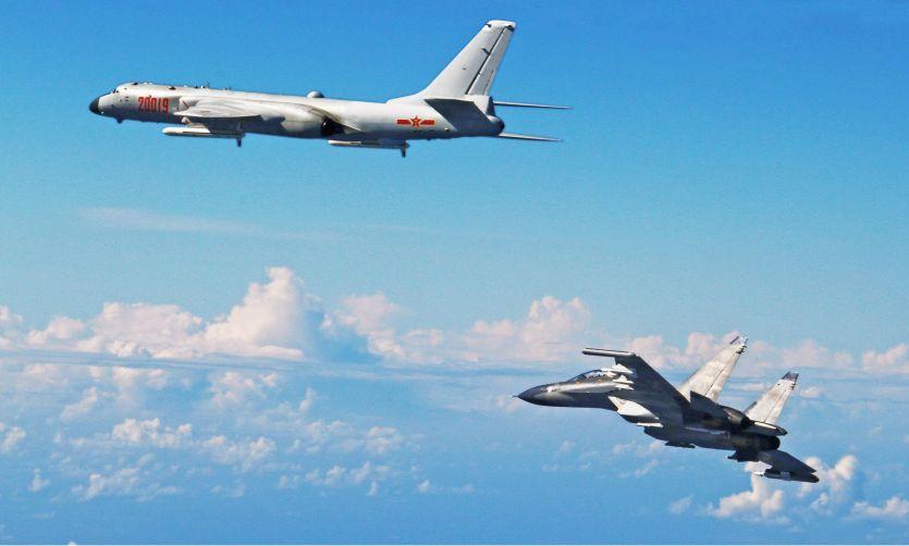 चीनी लड़ाकू विमानों ने अमरीकी वायुसेना के विमान को रोका
