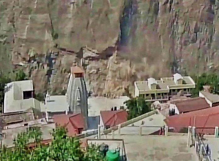 भूस्खलन से कटा बद्रीनाथ हाईवे, 15 हजार टूरिस्ट फंसे
