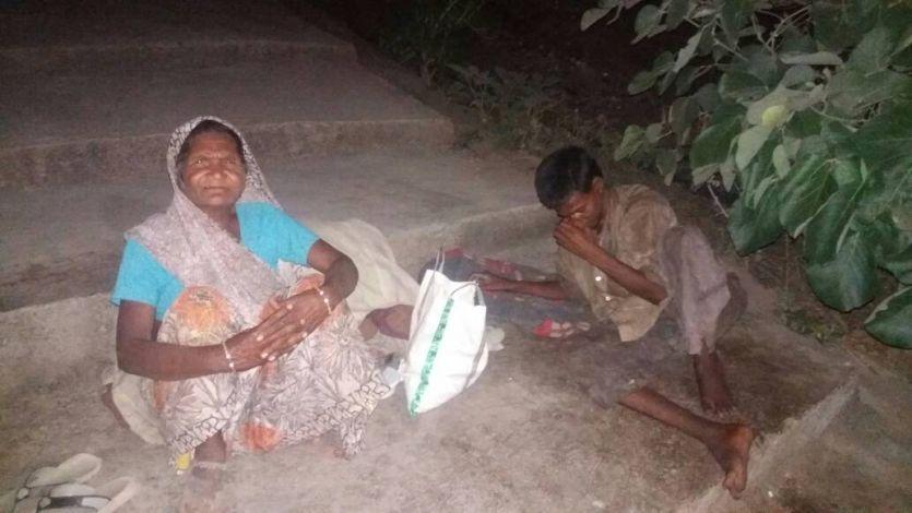 आठ महीने से एक ही जगह बैठा है युवक, मजदूरी कर-करके खिला रही मां
