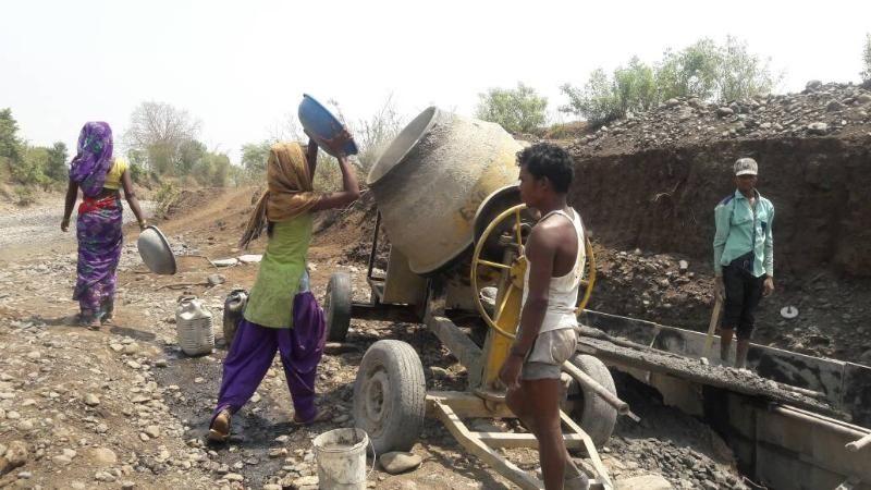 हीरापुर में नदी पर हो रहा बैराज मरम्मत का कार्य