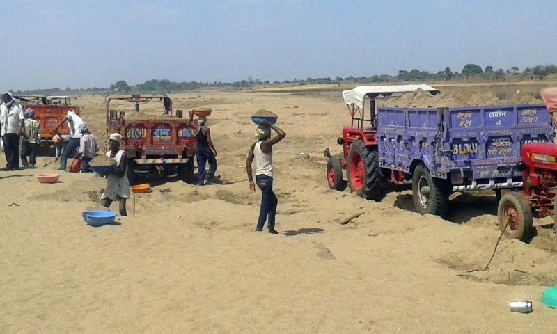 रेत पर प्रतिबंध बेअसर जारी है नर्मदा नदी में रेत का उत्खनन और परिवहन