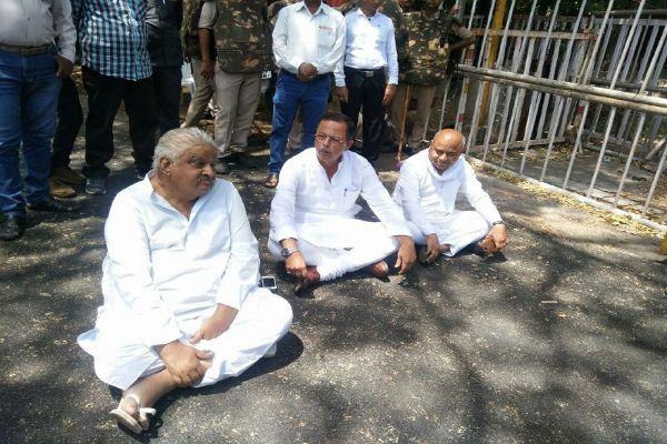कांग्रेस के धरने पर येक्याबोल गए मंत्री पारस जैन