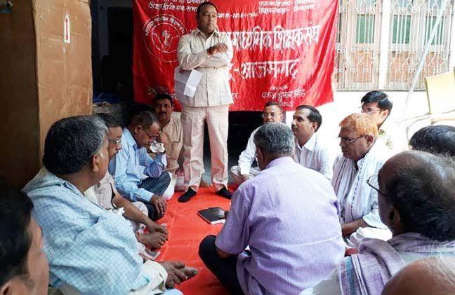मांग पूरी होने के बाद भी धरने पर बैठ गये शिक्षक
