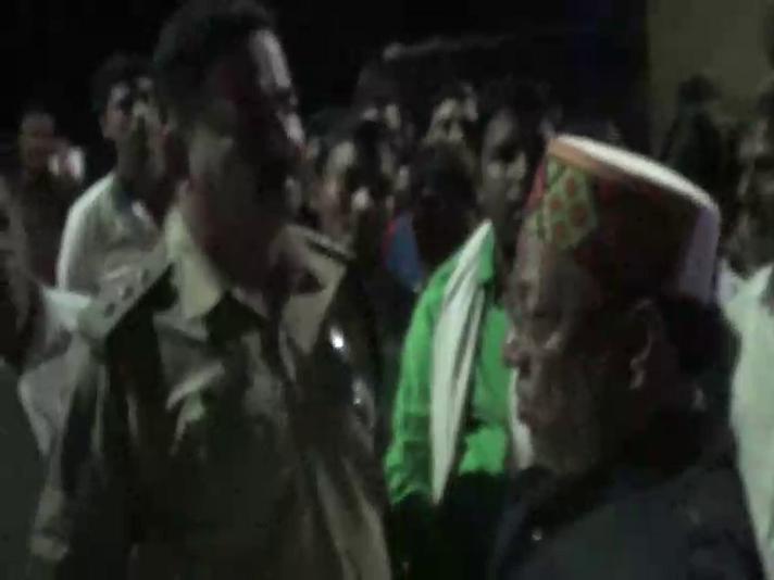 योगी राज में नशे में धुत शराबी दरोगा का तांडव, परेशान बीजेपी नेता बैठे अनशन पर