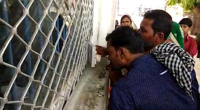 मिर्जापुर जिला जेल में अवैध वसूली, कैमरे में कैद हुआ वसूली करता सिपाही, देखें वीडियो