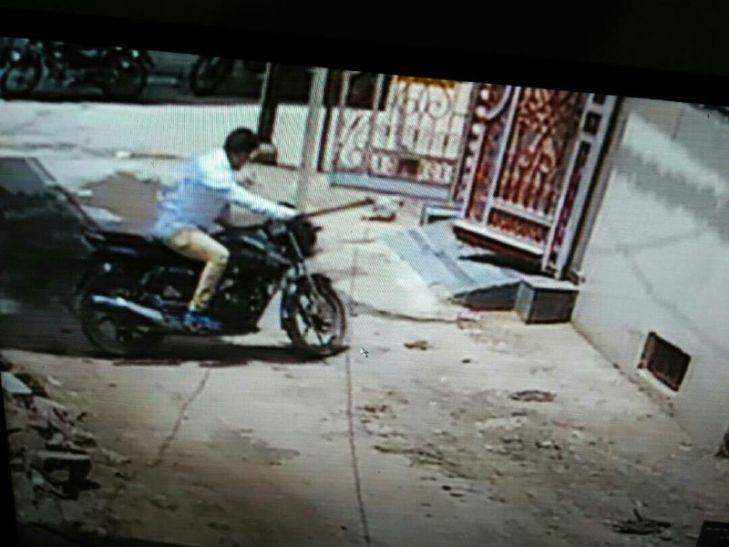 चार मिनट में बाइक चोरी कर भागा चोर, सीसीटीवी कैमरे में हुआ कैद